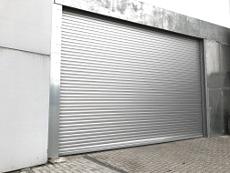 Alu-Rolltor, 6 m Breite, automatisch öffnend, blechverkleidete Stahlbau-Unterkonstruktion.