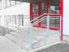 Außentür mit Treppengeländer, Edelstahlhandlauf, Geländerfüllung aus Edelstahlgewebe.