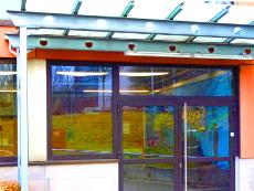 Außentür, 2-flüglig, Übergröße, Stahlrahmenkonstruktion, seitlich angesetztes Fenster.