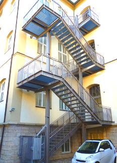 Treppenturmanlage, feuerverzinkt, mehrstöckig, Geländer, Gitterrost, Handlauf, Tür.