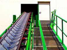 Mulden-Förderband zur Steilförderung von Schüttgut bzw. Schlacke, Stahlkonstruktion.