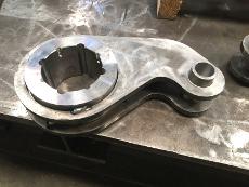 Maschinen-Hebel aus Stahl, gefertigt aus Brenn-, Fräs- und Drehteilen, geschweißt.