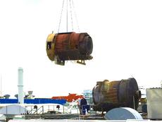 Demontage einer Nachverbrennungsanlage auf einem Dach in zwei 5 t schwere Teile.