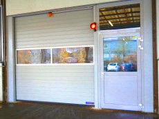 Sektionaltor vollautomatisiert mit Aluminium-Eingangstüre, Oberlicht, Isolierverblendung.