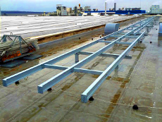 Stahlunterkonstruktion für 20 t Lüftungsmaschine, 60 m Lüftungskanal auf einem Dach.