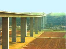 Einbau von Stahlpodesten und Stahlbühnen in die Betonpfeiler einer Autobahnbrücke.