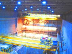 Arbeiten an der Kranbahn in einem Müllverbrennungskraftwerk in den Niederlanden.