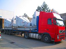Stahl-Trichter bei der Sattelzugbeladung, für eine Strahlanlage in Baden-Württemberg.