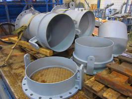 Große Rohrleitung für eine Kombination aus Fest- und Flüssigstoff, mit Flanschen, Gelenken.