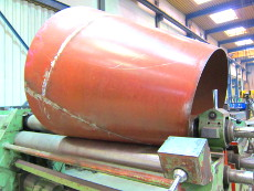Kegelstumpf aus warmfesten 16Mo3-Spezialstahl auf der 3-Walzen-Rundbiegemaschine.