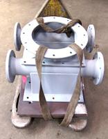 Kanal-Verteiler aus Stahl mit mehreren Rohr-Abgängen.