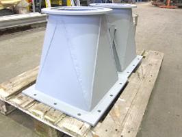 Querschnitt-Übergang von rund auf quadratisch, Stahlblech abgekantet, geschweißt, Flansch mit Lochbild.