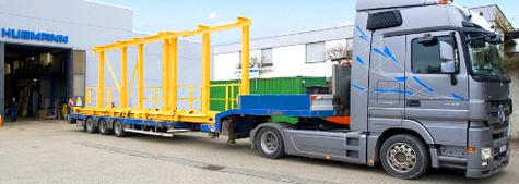 Krananlage gefertigt aus Walzprofilen beim Transport mit einen Tieflader aus unserem Werksgelände in Höchberg bei Würzburg zu einem Kernkraftwerk in der Schweiz.