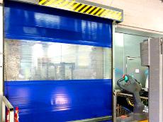 Schnelllauf-Tor, transparentes Sichtfeld, Funkfernsteuerung, PVC-Behang in RAL-Farbe.