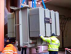 Ausbau eines 20 KV Trafos mit Kranschienen und Automobilkran in einer Kraftwerksanlage