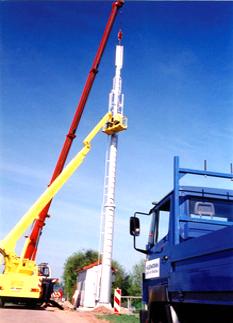 Stahlrohr-Sendemast mit 32 m Länge in Franken für die Antennen eines Mobilfunkbetreibers.