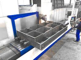 Plan-Fräsen, auf Fertigmaß fräsen einer großen Schweißkonstruktion auf unserer CNC-Fräsmaschine.