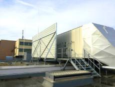 Schall- bzw. Lärmschutzwand aus Aluminium-Paneelen auf dem Dach einer Industriehalle.