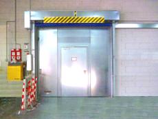 Brandschutztor, Personentür, feuerbeständig, kombiniert mit vorgesetztem Schnelllauftor.