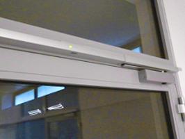 Feststellanlage für Türen FSA bzw. Türfeststellanlage TFA für Brandschutztür, integrierter Rauchmelder.