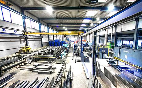 Haupthalle mit mehreren Hallenkränen, ohne Nebenhallen für die Fertigung großer Stahlbauteile, Industriekonstruktionen